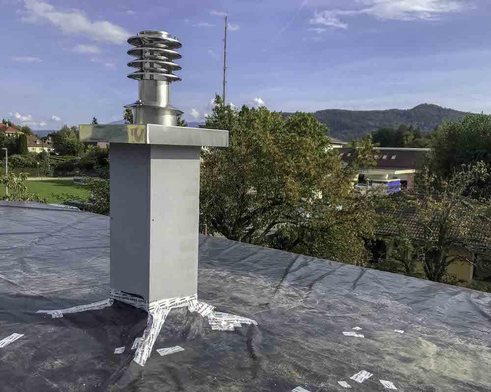 Leichtbauschacht-Kamin über Dach mit Lamellenaufsatz